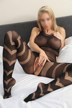 Sexy blondine Laurentine met haar grote borsten